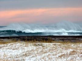 Tosende Wellen bei der Strandarkirkja