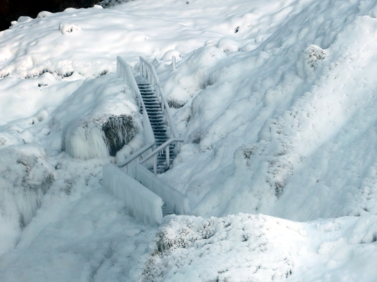 Vereiste Treppe am Seljalandsfoss