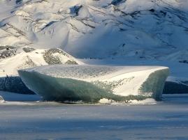 Gletschereis im zugefrorenen See