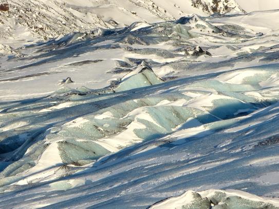 Bläulich schimmerndes Eis