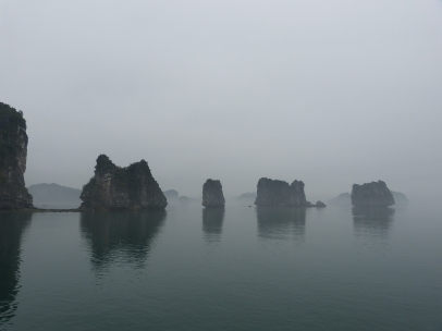 Halong Bucht im Nebel
