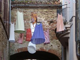 Kleider baumeln an der Leine