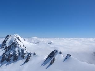 Eingenebelte Bergspitzen