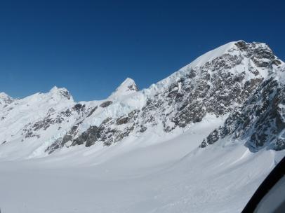 Gletschereis bedeckt den Berg