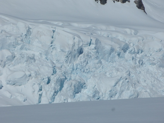 Blaues Gletschereis schimmert durch