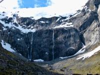 Wasserfälle an den Felswänden