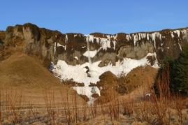 Eiszapfen und Wasserfälle säumen den Weg