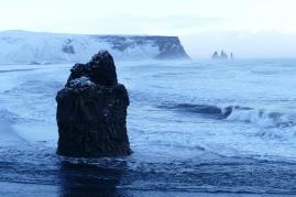 Blick auf Reynisfjara und die Felsen Reynisdrangar