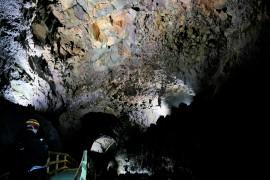 Rostrot, grün, gelb sind die Farben der Höhle