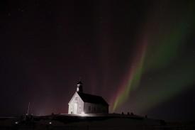 Grün und Magenta nimmt das Nordlicht Fahrt auf