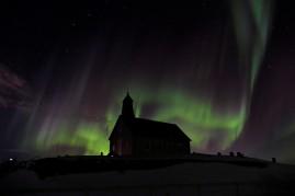 Langsam baut sich das Nordlicht hinter der Kirche auf