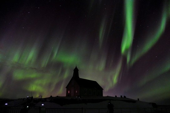 Wie Blitze schießt das Nordlicht um die Kirche