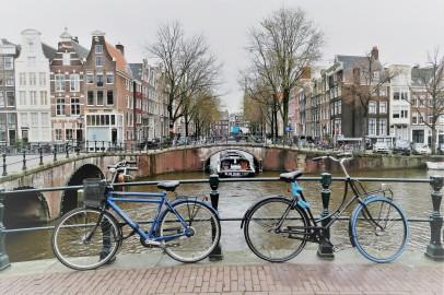 Fahrräder und Wasser dominieren das Stadtbild